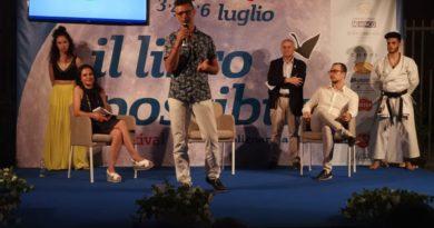 """Presentato al Festival """"IL LIBRO POSSIBILE"""" a Polignano a Mare, il libro del Poeta karateca Filippo Mitola: """"L'Incommensurabile Presente""""."""